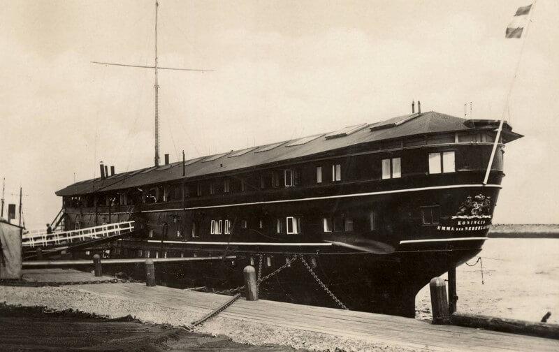De Koningin Emma der Nederlanden als wachtschip in de Buitenhaven