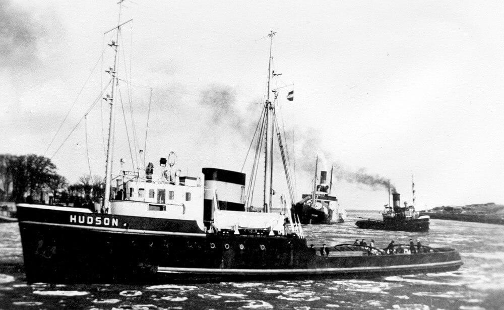 De Hudson en de Maas slepen de Lilian de haven van Den Helder binnen